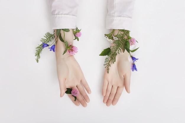 Mão e cor de primavera flor mesa skincare nature