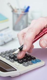 Mão e uma calculadora