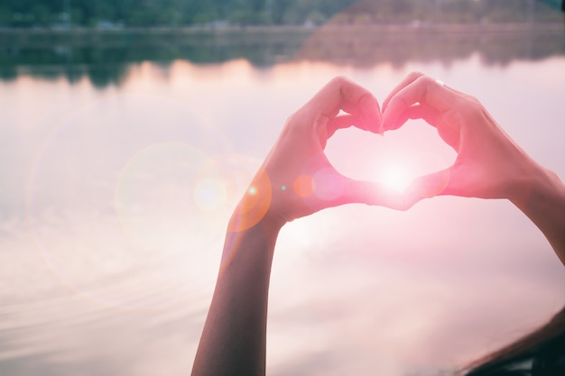 Mão em forma de amor coração