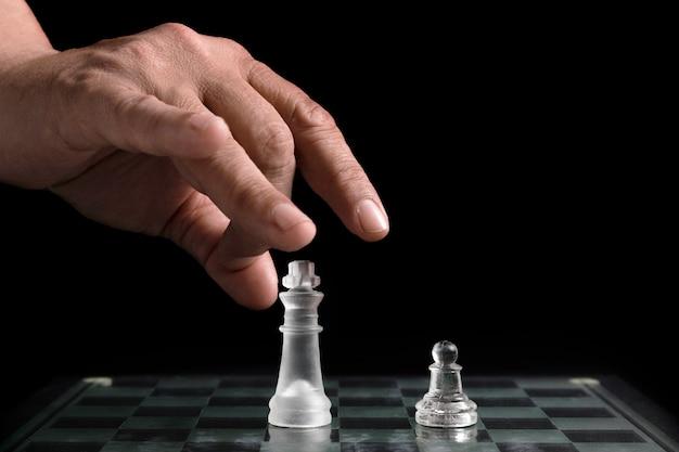 Mão, em movimento, transparente, xadrez, pedaços