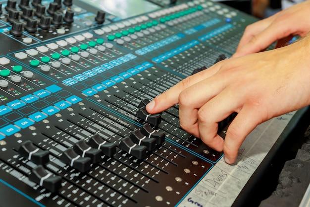 Mão em um mixer, operando o líder