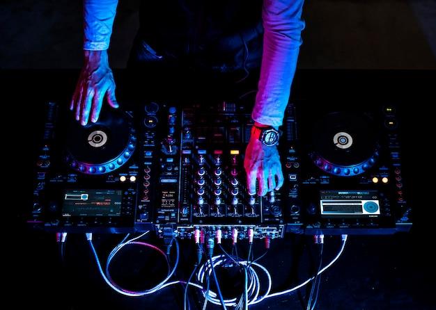 Mão em uma estação de mixagem de som