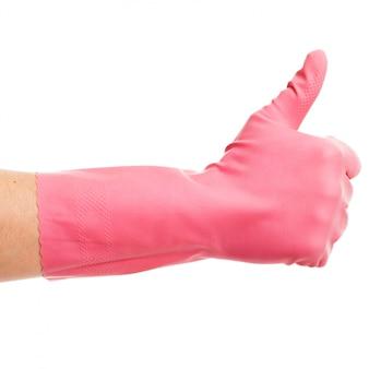 Mão em uma luva doméstica rosa mostra ok