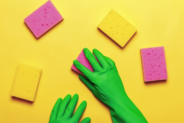 Mão em uma luva protetora com esponjas