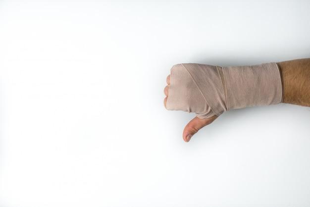 Mão enfaixada do homem em fundo branco isolado