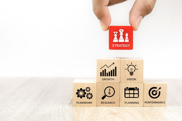 Mão escolher cubo brinquedo de madeira blog com ícone de estratégia de negócios.