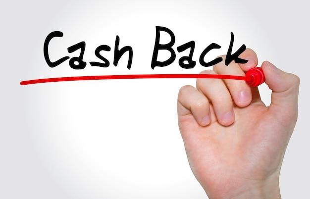 Mão escrevendo a inscrição cash back com marcador, conceito
