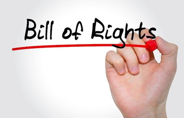 Mão escrevendo a inscrição declaração de direitos com marcador, conceito