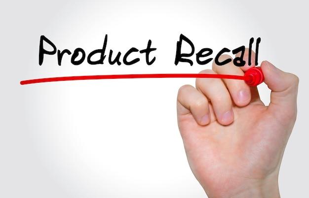 Mão escrevendo a inscrição do recall do produto com marcador, conceito