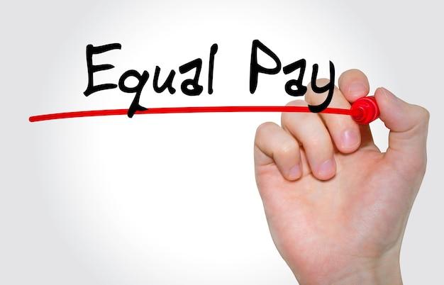 Mão escrevendo a inscrição equal pay com marcador, conceito