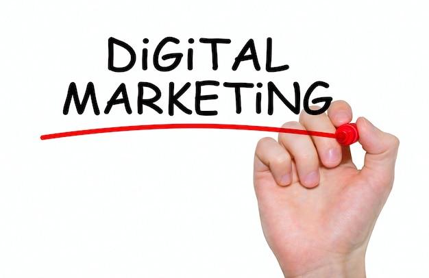 Mão escrevendo a inscrição marketing digital com marcador, conceito