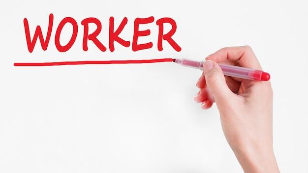 Mão escrevendo a inscrição worker com marcador de cor vermelha, conceito,