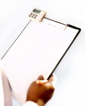 Mão escrevendo no papel em branco da prancheta de plástico preto
