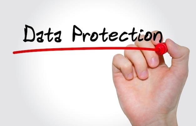 Mão escrevendo proteção de dados de inscrição com marcador, conceito
