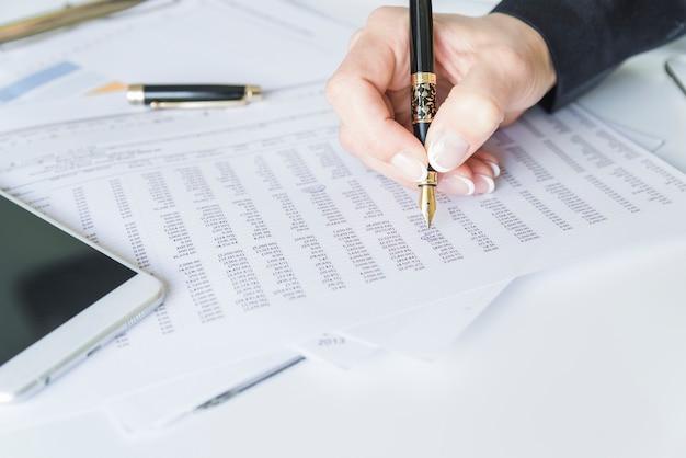 Mão, escrita, papel, caneta-tinteiro