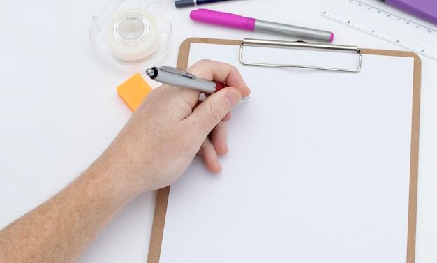 Mão esquerda pronta para escrever no espaço em branco