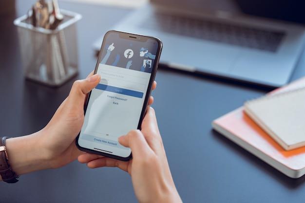Mão está segurando smartphone e tela