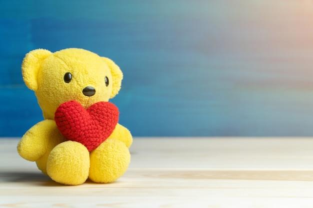 Mão, faça, fio, coração vermelho, ponha, urso teddy amarelo