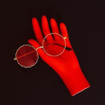 Mão falsa e óculos de sol elegantes