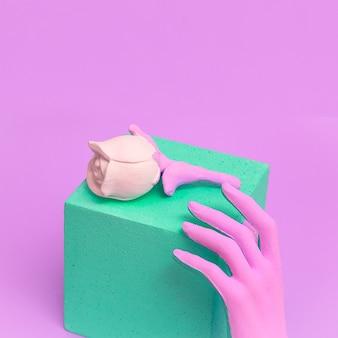 Mão falsa e rosas falsas arte visual mínima de plástico