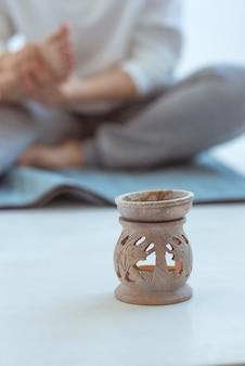 Mão fazendo massagem tailandesa nos pés medicina alternativa relaxa bem-estar e conceito de massagem tailandesa