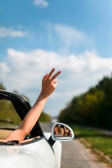Mão fazendo sinal de paz close-up