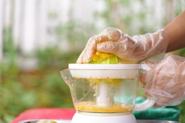 Mão fazendo suco
