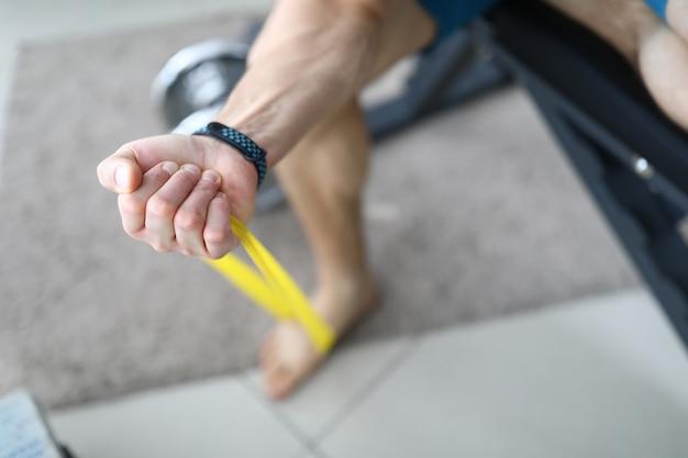 Mão fechada em casa de treinamento de punho