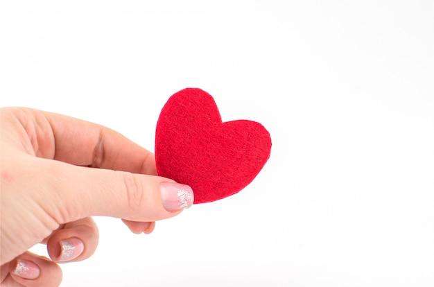 Mão feita coração vermelho têxtil. isolado no fundo branco