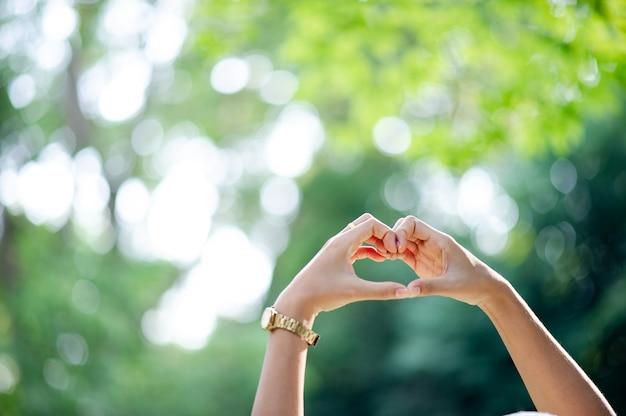 Mão feita em forma de coração