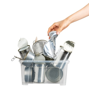 Mão feminina, colocando lata usada para reciclagem em recipiente com metal em fundo branco isolado