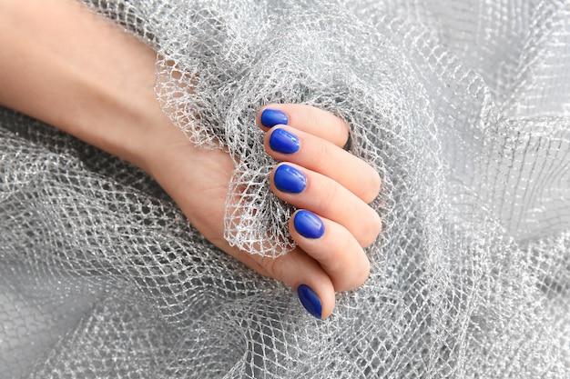 Mão feminina com bela manicure