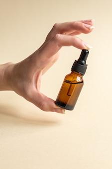 Mão feminina com conta-gotas de óleo essencial