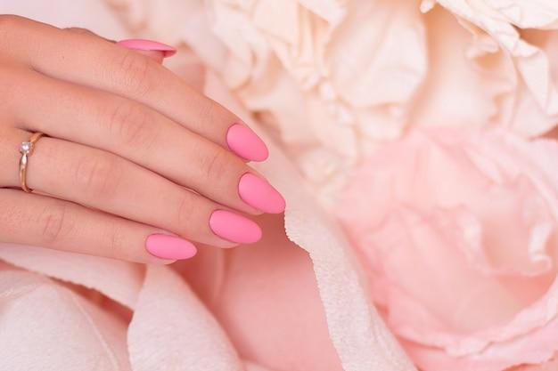Mão feminina com manicure casamento unhas polonês gel rosa