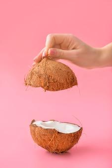 Mão feminina com saboroso coco