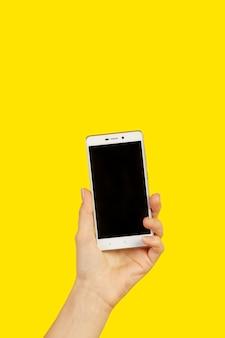 Mão feminina com smartphone