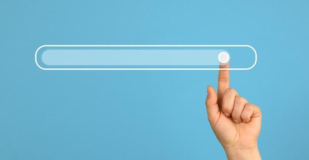 Mão feminina com um dedo indicador levantado e uma barra de carregamento virtual. superfície futura abstrata, close-up