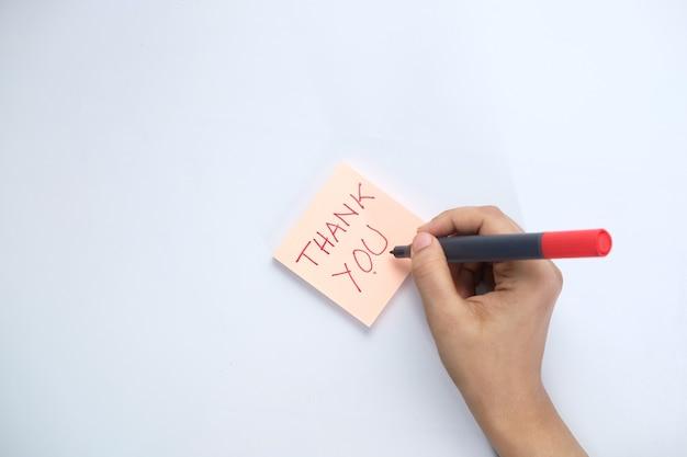 Mão feminina escrevendo nota de agradecimento