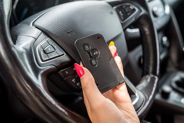 Mão feminina fecha no carro, mulher dentro do carro