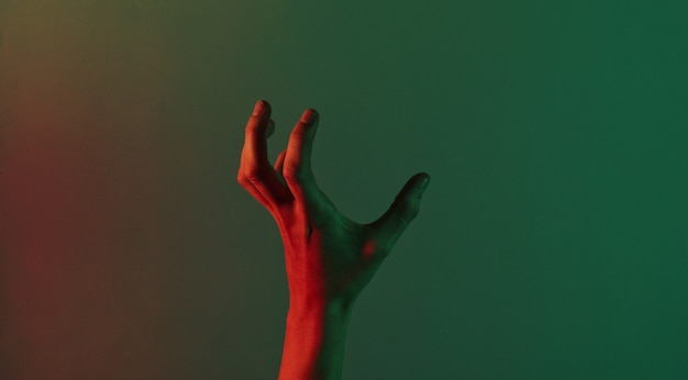 Mão feminina incrível com luz neon azul verde vermelha