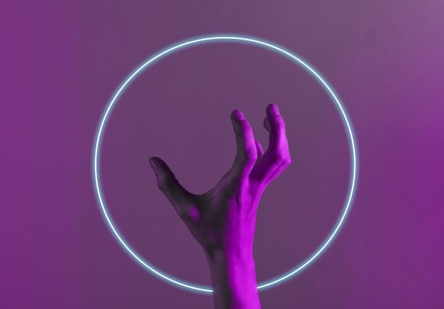 Mão feminina incrível com luz neon azul vermelha