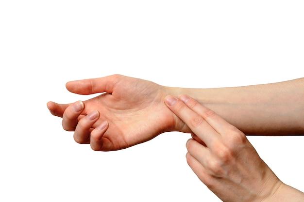 Mão feminina isolada para medir o pulso
