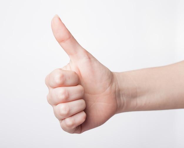 Mão feminina mostrando gesto de polegar para cima