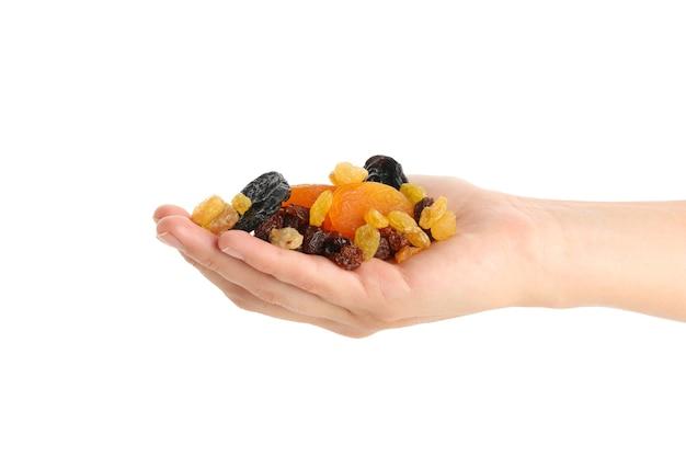 Mão feminina segurando frutas secas, isoladas no branco