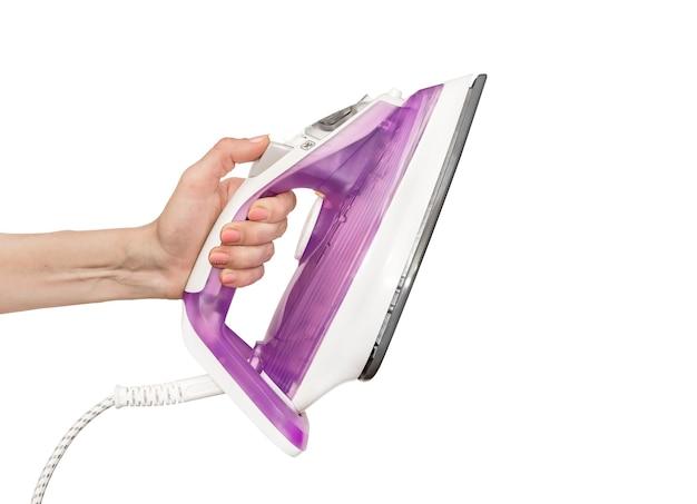 Mão feminina segurando o ferro de alisamento. isolado no branco