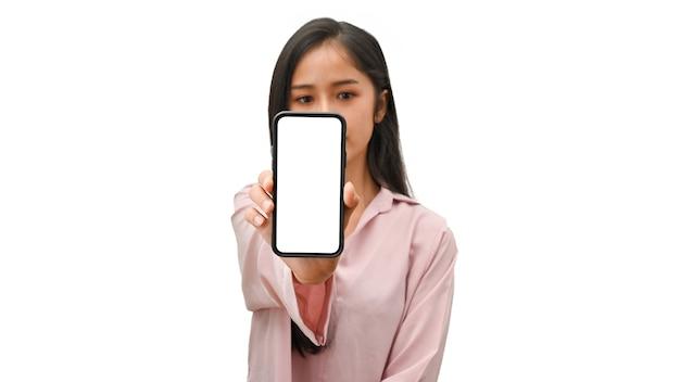 Mão feminina segurando o smartphone e mostrando a tela da maquete para a câmera