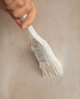 Mão feminina segurando pincel de pintura