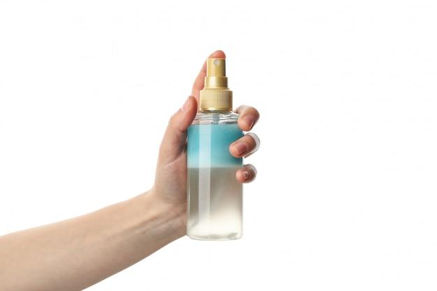 Mão feminina segurando spray cosmético, isolado no fundo branco