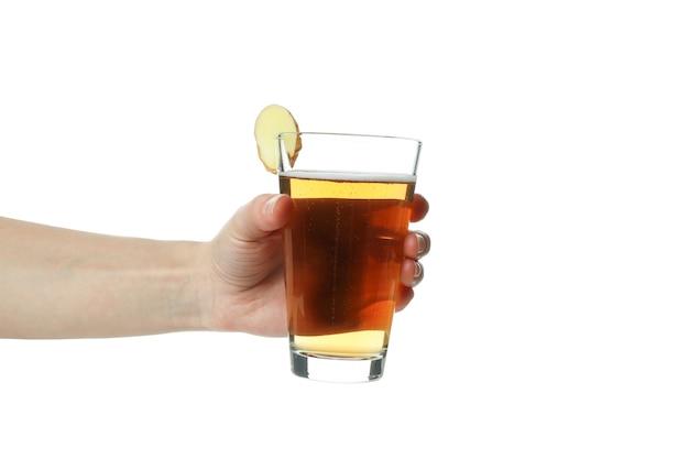 Mão feminina segurando um copo de cerveja de gengibre, isolado no branco