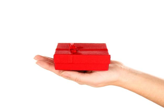 Mão feminina segurando uma caixa de presente, close-up